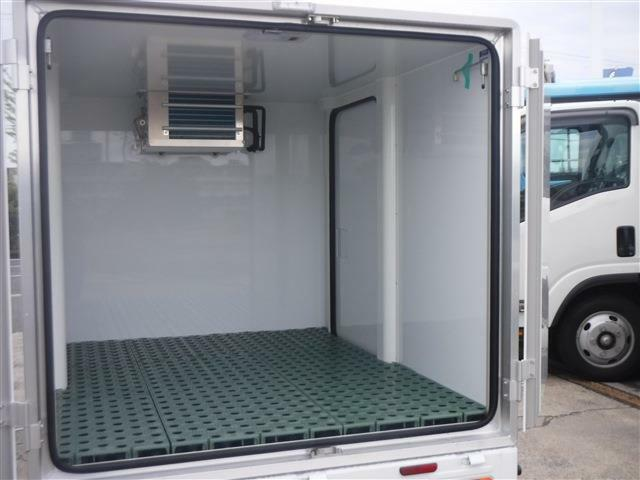 内外装クリーニングを行っております。トラックでは荷台再塗装や下回りの塗装も行っております。是非現車でもご確認下さい!!きっとご満足頂けます!!フリーダイヤル 0066-97118-56915 ☆
