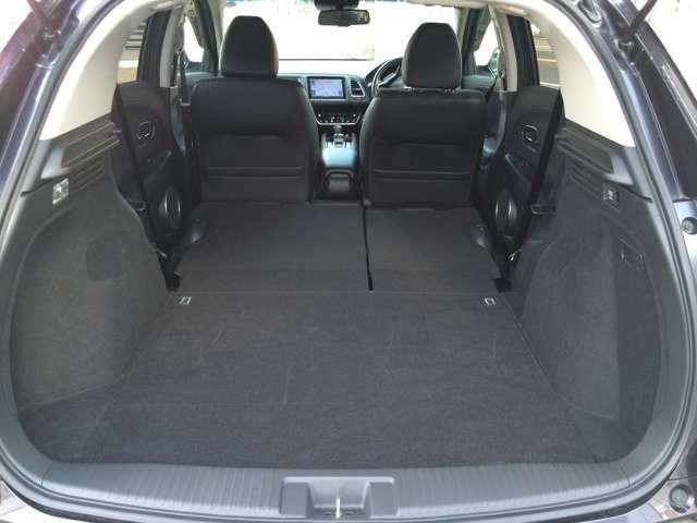 後部座席を倒せばさらに広く多くの荷物を乗せることができます!