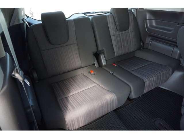 【3列目シート】3列目シートはミニマムサイズを確保してお座りいただける広さがあります!シートは左右ハネ上げ式で、お使いにならない時はラゲッジスペースとして活躍します♪