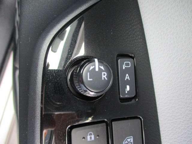 キーロックに連動して自動でドアミラー開閉を行うオート格納ミラーも装備しています!