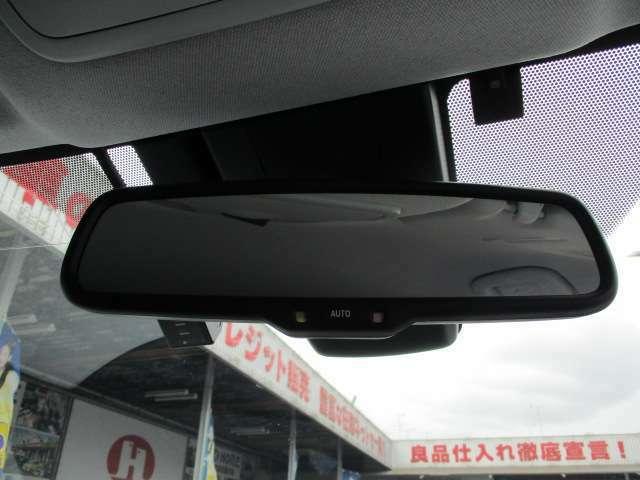 後続車の眩しいライト光を軽減して映す自動防眩ミラーも装備しています!