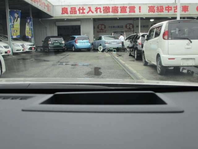 メーター上部に配置されたヘッドアップディスプレイ!車速やナビ案内などをフロントガラスに投影し視界移動を減らします!