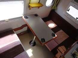 テーブルは簡単に脱着可能です!ドリンクホルダーも装備されておりますので、移動中も安心です!