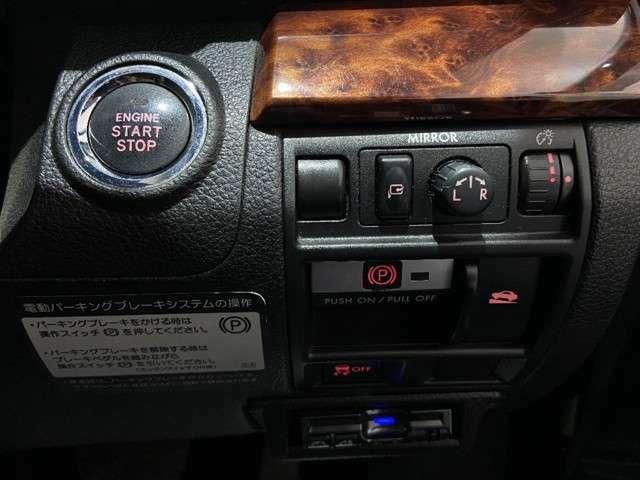 プッシュ式スタート。キーを取り出すことなくロック、アンロック、エンジン始動が可能な便利機能。盗難防止機能も付いていて安心です。