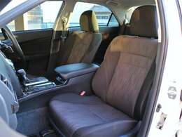 運転席・助手席にパワーシートが付いていますので無段階でお好みのポジションにセットできます。細かく自分仕様のシートポジションへ設定してください☆