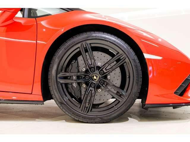 ルーフ、内装の色とマッチしたブラックのカーボンブレーキと19インチAWとなっております。