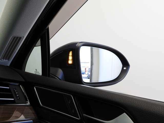 """☆レーンチェンジアシストシステム""""Side Assist Plus""""リヤバンパー左右のレーダーセンサーにより車両後方約70mまでの範囲で周辺の状況をモニタリングし状況に合わせて警告します☆"""