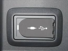 USBとAUXジャック付き。携帯電話などの充電にも最適です。