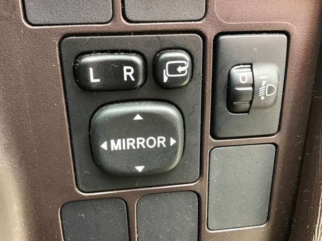 ボタン一つで楽々開閉!買い物やお出かけ先の駐車場で気が付いたら誰かにミラーを傷つけられた・・・なんて事が無いようにしっかり収納しておいてくださいね!!