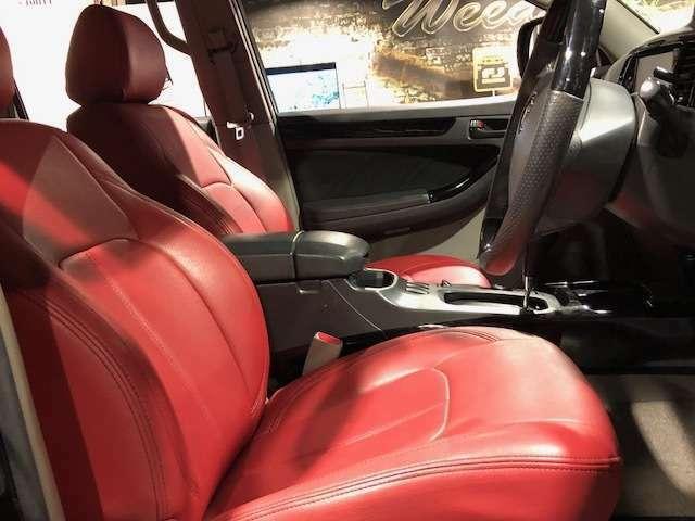 レザー調シートカバー、フロアマットは黒の他、赤色もご選択可能です!