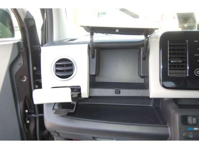 助手席側にはグローブBOXに加えてインパネ収納・ドリンクホルダー・小物棚など収納も充実!
