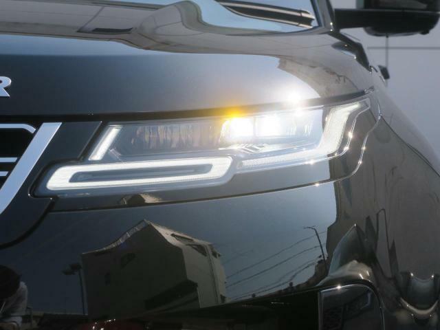 プレミアムLEDヘッドライトはシーケンシャルターンランプと、フロントフェイスを際立たせるシグネチャーデイタイムランニングライト(DRL)を搭載!視認性も良く、夜間や荒天時にも安全な視界を確保します。