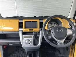 イエローカラーがとてもおしゃれな運転席周り。すっきりとまとまっていて使いやすいです。