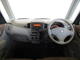 ドライバーが感覚的に操作・確認できるよう気配りされた運転席廻りです。スピードメーターも大きく、運転中に見やすいように配慮されています。また、ドリンクホルダー小物入れなどインテリアにも配慮されています。