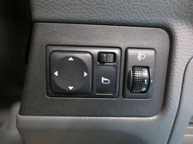 電動ドアミラー操作スイッチ、ヘットライトレベライザーです。