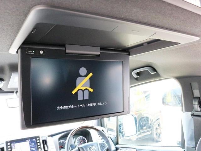 フリップダウンモニター設置によりゲストに映像を提供することが可能となっております。車内12か所に設置されたスピーカーとの組み合わせによってゲストを退屈させません。
