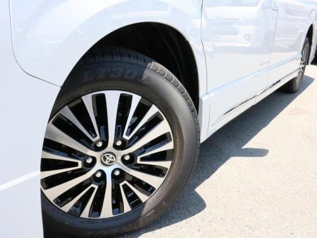 グランエースの純正ホイールは17インチ、タイヤは235/60-17となっております。またタイヤの空気圧をマルチインフォメーションディスプレイに表示するタイヤ空気圧警報システムが設置されています。