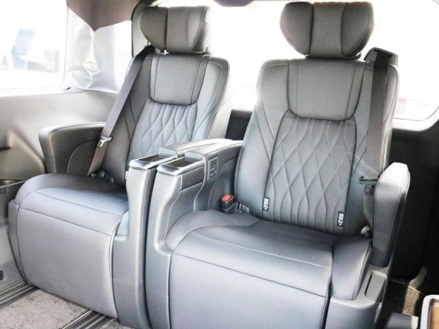 3列目シートにもエグゼクティブパワーシートを完備致しております。座席下にはシートレールが設置されていますので、3列目シートを前方に詰めてリアハッチ側のラゲッジスペースを確保することも可能です。