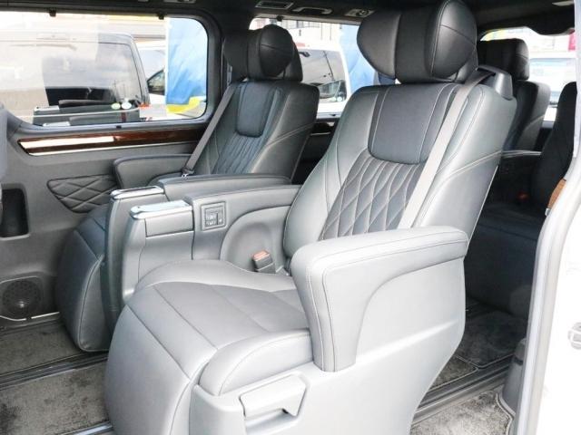 後部座席はエグゼクティブパワーシートを採用。ゲストをおもてなしする様々な機能が充実致しております。