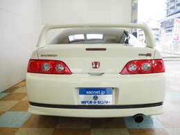 外装色はチャンピオンシップホワイト。RAYSグラムライツ17インチアルミ TEIN車高調装着しております。