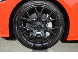 大型ブレーキキャリパー & 大径ロータータイヤ:255/40ZR19  パフォーマンスパッケージ専用AW純正19インチアルミホイール