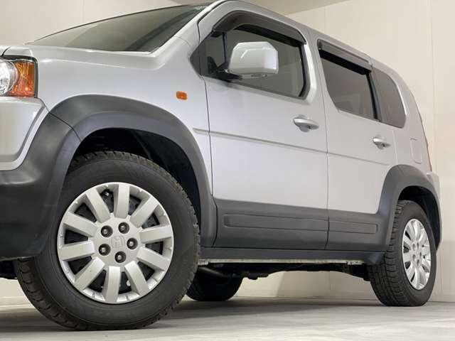 ホイルは16インチホイルになります。タイヤは夏冬セットでお付けしますので、余計な出費もかさまず安心です。タイヤサイズ215-65-16。