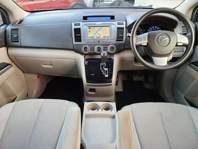 車内はシートのへたりや破れ、ダッシュボードの傷等少なく綺麗で清潔感溢れる車内となっております♪収納も豊富です♪