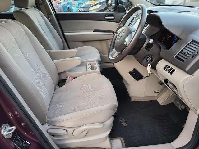 車内で一番汚れる運転席もご覧いただいた通り綺麗な状態です♪シートリフターで目線の高さを変えられるので女性でも運転しやすいお車です♪