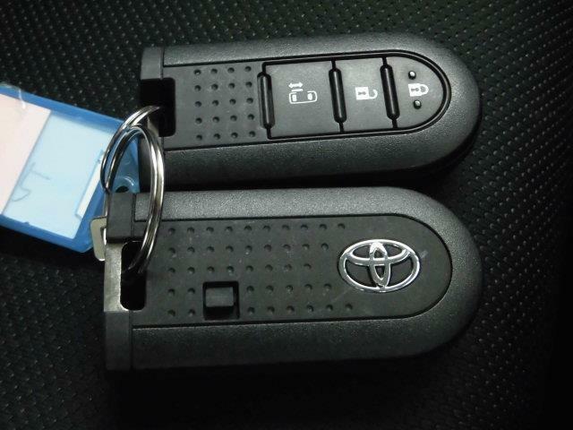 【スマートキー】手軽な操作で人気です。鞄やポケットの中など身近に持っていればドアロックの開閉やエンジンスタートができます。イモビライザー(盗難防止)機能も付いていますのでセキュリティ面でも安心です。