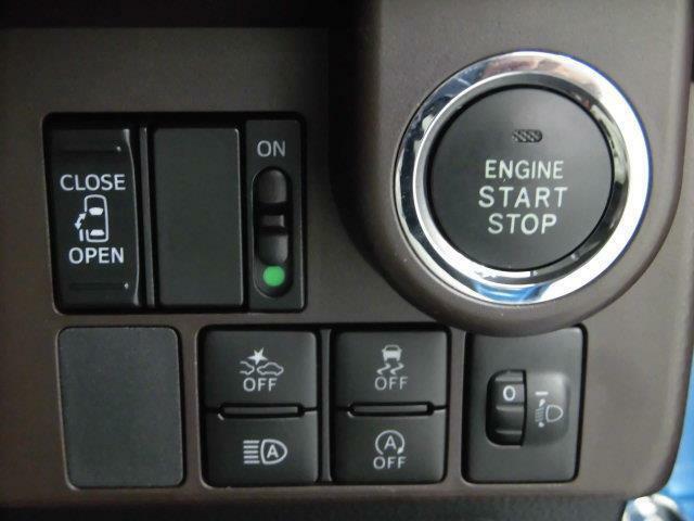 【片側電動スライドドア】ピーっと音が鳴るまで長押しして頂くと、運転席からスライドドアの開閉ができます。荷物などで両手がふさがっている方が後部座席に乗る時などにサポートすることができます。