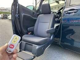 助手席が電動で昇降します! シートにあるスイッチかリモコンで操作できますよ!