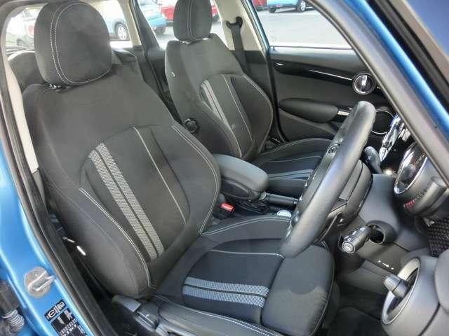 オットマン付の少し硬めのスポーツシートはコーナリングの安定感と長距離運転の疲労軽減に役立ちます。