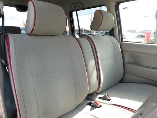 運転席と助手席の間にわアームレストが装備されています。