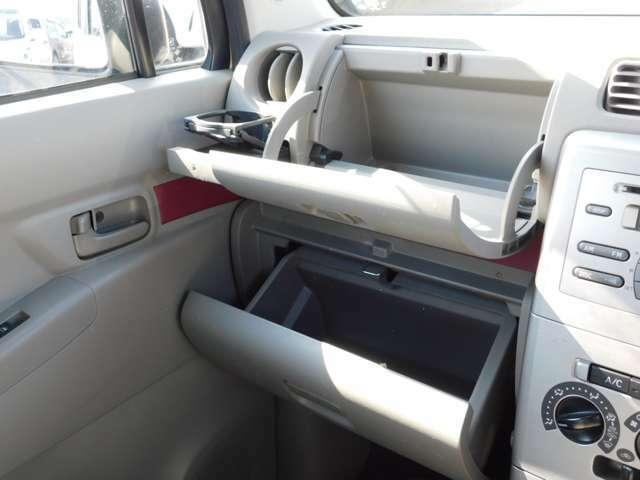 助手席側にグローブボックスと小物入れが有ります。