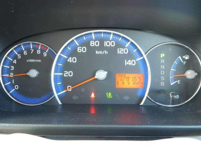 見易い大型メーターが配置:左より:エンジン回転数計:速度計:燃料と並びます。