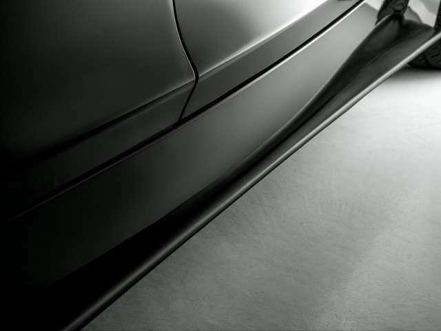 3D Desigh Mスポーツカーボンフロントリップスポイラー・サイドスポイラー。ボディカラーに馴染むマットブラック塗装が施されています。スポーティに過ぎず、大人な印象にまとめられています。