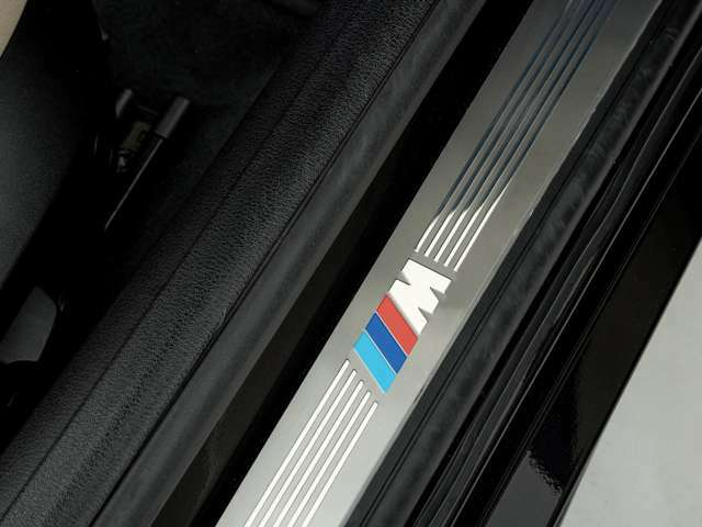Mスポーツのロゴ入りスカッフプレート。(ホワイトカラーZ4 LEDスカッフプレート付きです。)