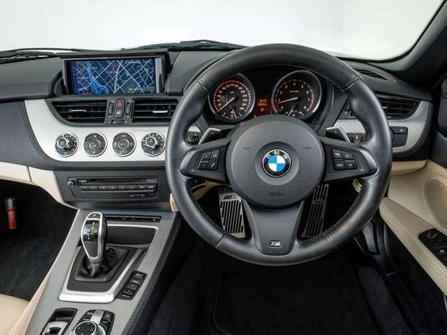 Mスポーツ専用本革巻きステアリングを装備しています。洗練されたドライバーゾーンは、BMWらしい無駄のないスポーティなデザインとなっております。