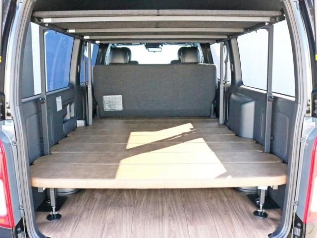 荷室スペースにはワンちゃんの居住性を考えたdogVAN専用8分割ベッドキットが設置されています。安定性を考えてフラットタイプのベッドパネルになっています。