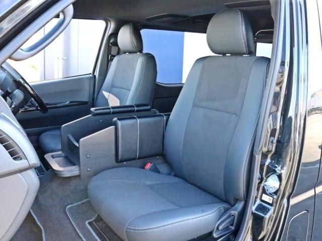 ダークプライムII特別仕様車なので専用のハーフレザーシートが設置されています。運転席助手席の間にあるのがワンワンシートです。