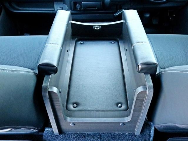 センターコンソール部分にワンワンシートが設置されています。ここにワンちゃんが着席することによって、ドライバーとワンちゃんが並んで座ることも可能です。