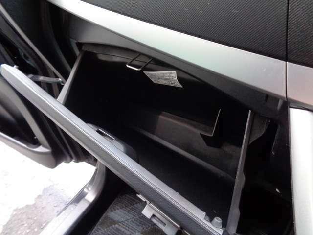 助手席の収納もバッチリです!