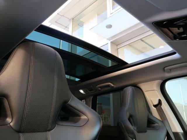 【スライデパノラミックルーフ】車内に気持ちいい自然光が差し込み、頭上に広がる風景をお楽しみいただけます。快適な車内温度を維持し日差しから乗員とインテリアを守るダークカラーのガラス。電動ブラインド付き!