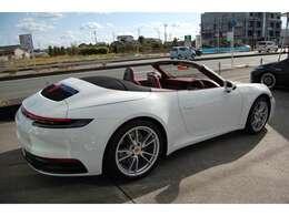 911カレラ992 カブリオレ スポーツエグゾーストシステム ブラックテールパイプ 18way電動アダプティブスポーツシート レザーインテリアボルドーレッド クレヨンスイッチ入り アンビエントライト バックカメラ