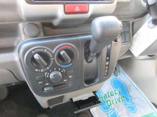 場所を取らず、扱いも簡単なインパネシフトを採用しており、ゆとりを持ってお乗りいただける4速AT車です!
