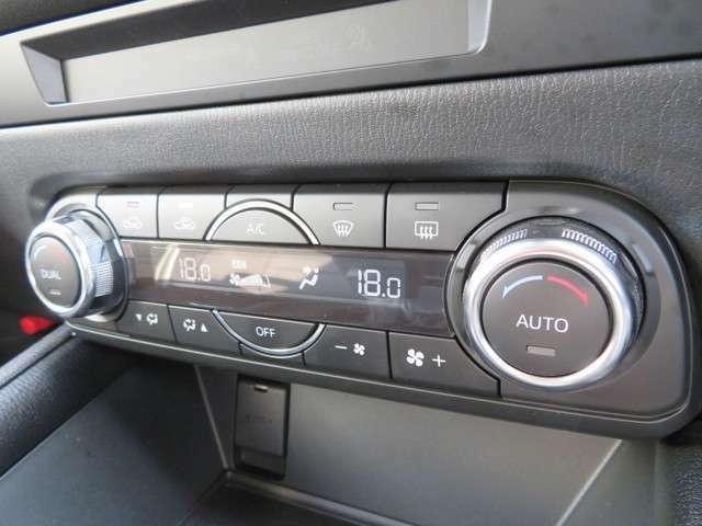 """運転席と助手席で独立して設定温度を調節でき快適な室内環境をお届けする""""フルオートエアコン(運転席/助手席独立コントロール機能+花粉除去フィルター付)""""が装備されています♪"""