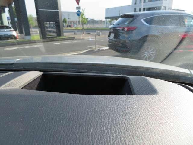 エンジンONでメーターフードの前方に映りこみ車速やナビのルート誘導など走行に必要な情報を表示するアクティブドライビングディスプレイ★情報は約1.5m前方に焦点を結んで見えるため実際には大きく見えます♪