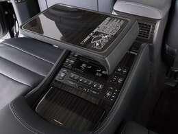 エグゼクティブパッケージ専用の収納式テーブル含むリラクゼーションシステム搭載!後席のセンターコンソールです。シートヒーターやリクライニング機能付きです。