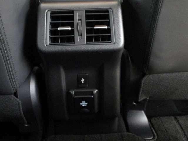 コウソールBOXの後方にはエアコンの吹き出し口がございます。セカンドシートも快適にお乗り頂けます。