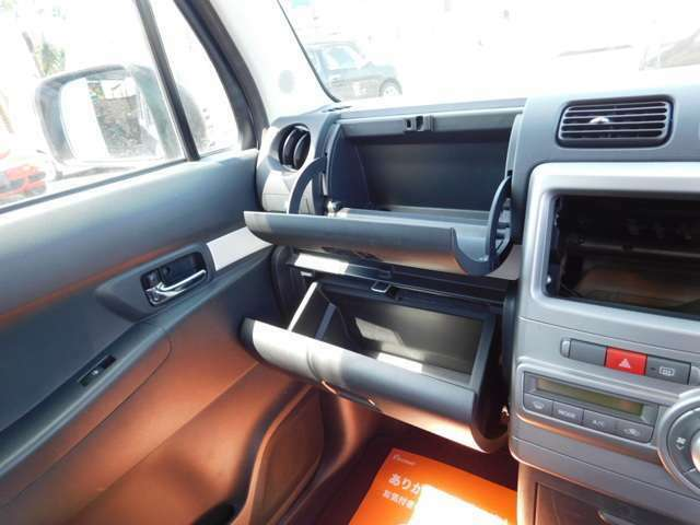 助手席側に便利な小物入れとダッシュボードが並びます。